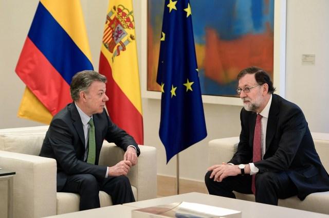 El primer ministro español Mariano Rajoy (R) habla con el presidente colombiano Juan Manuel Santos durante una reunión en el Palacio de la Moncloa en Madrid el 13 de mayo de 2018. / AFP PHOTO / OSCAR DEL POZO