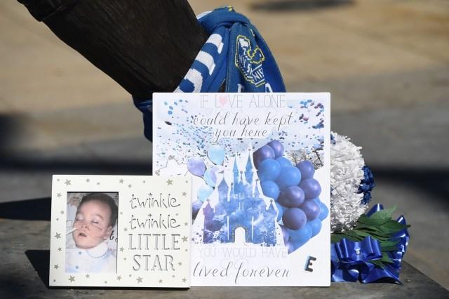 Una tarjeta y flores en memoria del niño británico Alfie Evans se colocan frente al estadio del parque Goodison de Everton en Liverpool mientras su familia lo recostaba el 14 de mayo de 2018. / AFP PHOTO / Paul ELLIS