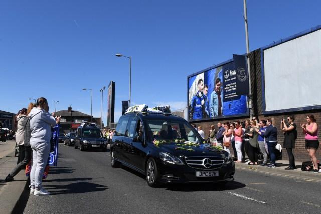 Un coche fúnebre que transportaba el ataúd del niño británico Alfie Evans pasa por el estadio Goodison Park de Everton en Liverpool mientras su familia lo recostaba el 14 de mayo de 2018. / AFP PHOTO / Paul ELLIS