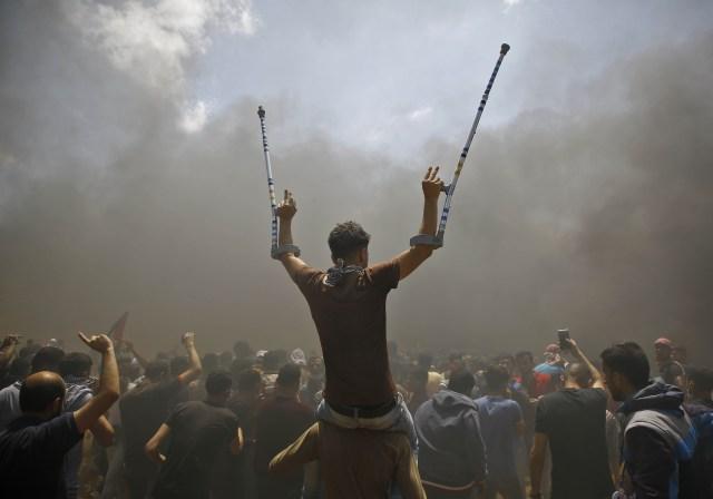 Los palestinos gritan consignas contra la inauguración de la embajada de Estados Unidos después de su controvertido traslado a Jerusalén, cuando protestan cerca de la frontera entre Israel y la Franja de Gaza, al este de Jabalia, el 14 de mayo de 2018. / AFP PHOTO / MOHAMMED ABED