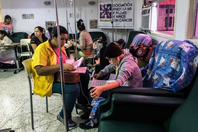 "A girl receives chemotherapy at the ""Dr. JM de los Rios"" Children's Hospital in Caracas on April 10, 2018. The crisis in Venezuela has hit children's health, with an increase of 30,12% in child mortality according to the most recent official sources. / AFP PHOTO / FEDERICO PARRA"