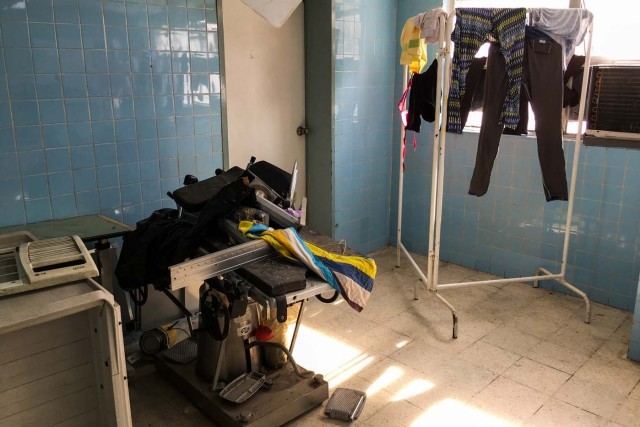 "Clothes remain hanged to dry at the ""Dr. JM de los Rios"" Children's Hospital in Caracas on April 10, 2018. The crisis in Venezuela has hit children's health, with an increase of 30,12% in child mortality according to the most recent official sources. / AFP PHOTO / FEDERICO PARRA"