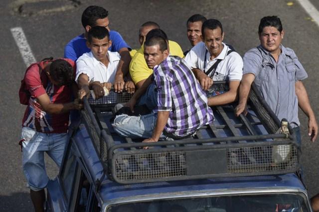 "Venezolanos deben transportarse en camiones ""como burros o vacas"" enMaracaibo, Venezuela por falta de transporte público/ AFP PHOTO / Federico PARRA"
