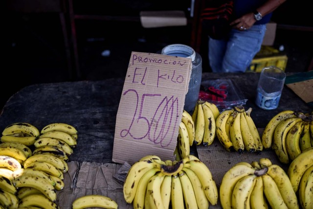 A man sells bananas in a street in Maracaibo, Venezuela on May 3, 2018. Amid blackouts, skyrocketing prices, shortage of food, medicine and transportation, Venezuelans go to elections next May 20 anguished to survive one of the worst crisis in the oil country. / AFP PHOTO / Federico PARRA