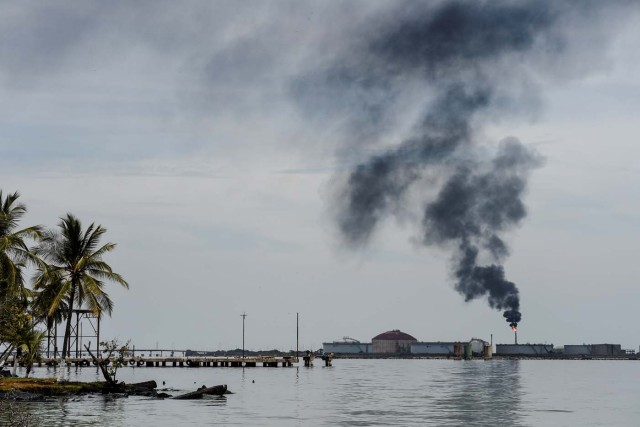 View of an oil refinery in the Maracaibo lake, on May 2, 2018 in Maracaibo, Venezuela Amid blackouts, skyrocketing prices, shortage of food, medicine and transportation, Venezuelans go to elections next May 20 anguished to survive one of the worst crisis in the oil country. / AFP PHOTO / Federico PARRA