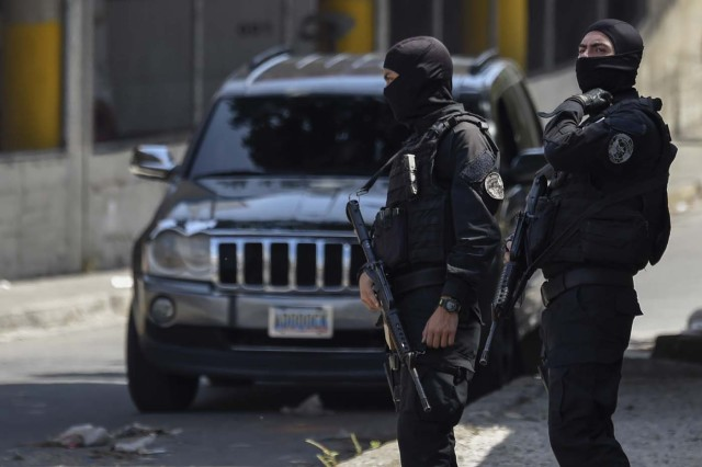 Security forces are seen at the entrance of El Helicoide, the headquarters of the Bolivarian National Intelligence Service (SEBIN), in Caracas, on May 17, 2018, where Venezuelan opponents and a US citizen have seized control of the detention centre. The Venezuelan opponents and a US Mormon missionary, who took control of the cell block area on the eve, are demanding the release of prisoners, according to videos broadcast on social networks. / AFP PHOTO / Juan BARRETO
