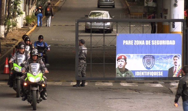 Security forces are seen at the entrance of El Helicoide, the headquarters of the Bolivarian National Intelligence Service (SEBIN), in Caracas, on May 17, 2018, where Venezuelan opponents and a US citizen have seized control of the detention centre. The Venezuelan opponents and a US Mormon missionary, who took control of the cell block area on the eve, are demanding the release of prisoners, according to videos broadcast on social networks. / AFP PHOTO / AFP TV / Jesus OLARTE