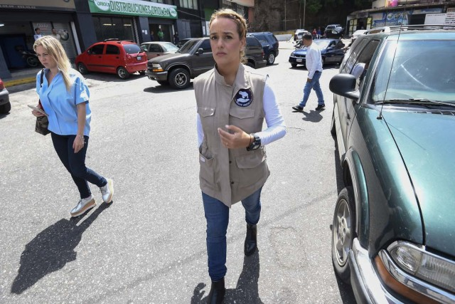 The wife of political prisoner Leopoldo Lopez, Lilian Tintori, is pictured outside El Helicoide, the headquarters of the Bolivarian National Intelligence Service (SEBIN), in Caracas, on May 17, 2018, where Venezuelan opponents and a US citizen have seized control of the detention centre. The Venezuelan opponents and a US Mormon missionary, who took control of the cell block area on the eve, are demanding the release of prisoners, according to videos broadcast on social networks. / AFP PHOTO / Juan BARRETO