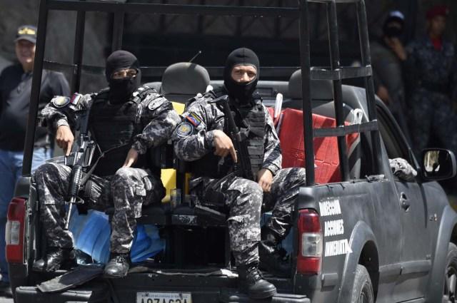 Funcionarios del Sebin a las afueras de El Helicoide / AFP PHOTO / Juan BARRETO