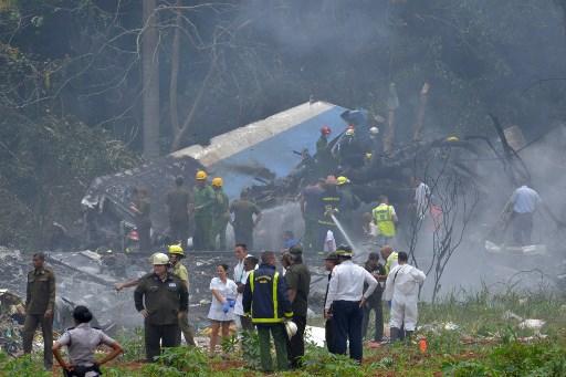 """Fotografía tomada en la escena del accidente después de que un avión de Cubana de Aviación se estrelló después de despegar del aeropuerto José Martí de La Habana el 18 de mayo de 2018. Un avión de pasajeros de las vías aéreas cubanas con 104 pasajeros a bordo se estrelló poco después de despegar del aeropuerto de La Habana, informaron los medios estatales. El Boeing 737 operado por Cubana de Aviación se estrelló """"cerca del aeropuerto internacional"""", informó la agencia estatal Prensa Latina. Fuentes del aeropuerto dijeron que el avión se dirigía desde la capital hacia la ciudad oriental de Holguín.  / AFP PHOTO / Adalberto ROQUE"""