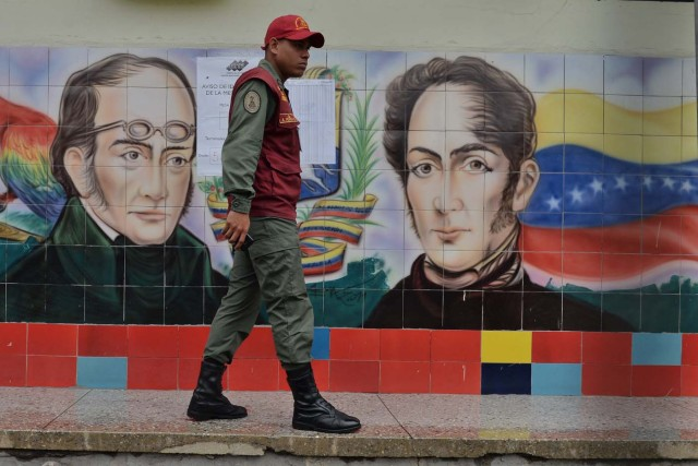 Venezuelan military personnel stang guard outside a polling station during the presidential elections in Barquisimeto on May 20, 2018 Venezuelans headed to the polls early Sunday to vote in the general elections as incumbent president Nicolas Maduro is seeking a second term in power. / AFP PHOTO / Luis Robayo