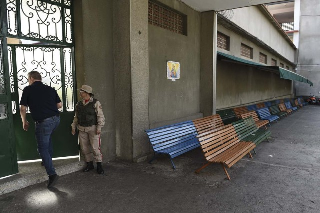 A Venezuelan man enters an empty polling station during the presidential elections in Caracas on May 20, 2018 Venezuelans, reeling under a devastating economic crisis, began voting Sunday in an election boycotted by the opposition and condemned by much of the international community but expected to hand deeply unpopular President Nicolas Maduro a new mandate / AFP PHOTO / Carlos Becerra