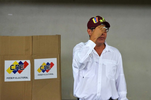 Venezuelan opposition presidential candidate Henri Falcon casts his vote in Barquisimeto, on May 20, 2018. Venezuelans, reeling under a devastating economic crisis, began voting Sunday in an election boycotted by the opposition and condemned by much of the international community but expected to hand deeply unpopular President Nicolas Maduro a new mandate / AFP PHOTO / Luis Robayo
