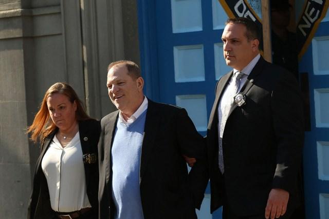 NUEVA YORK, NY - 25 de mayo: Harvey Weinstein es conducido fuera del primer precinto del Departamento de Policía de Nueva York esposado después de ser arrestado y procesado por cargos de violación, cometer un acto sexual criminal, abuso sexual y mala conducta sexual el 25 de mayo de 2018 en Nueva York. El ex productora de cine enfrenta cargos relacionados con acusaciones hechas por la aspirante a actriz Lucía Evans, quien dijo que Weinstein la obligó a practicar sexo oral con él en su oficina de Manhattan en 2004. Weinstein (66) ha sido acusado por docenas de otras mujeres de forzar en actos sexuales usando tanto presión como amenazas. Las revelaciones de su comportamiento ayudaron a engendrar el movimiento global #MeToo. Spencer Platt / Getty Images / AFP