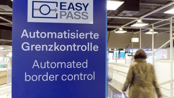 Una mujer pasa junto a un cartel que indica el control de pasaportes para ciudadanos europeos en el aeropuerto de Dusseldorf (Alemania). (Foto: EFE)