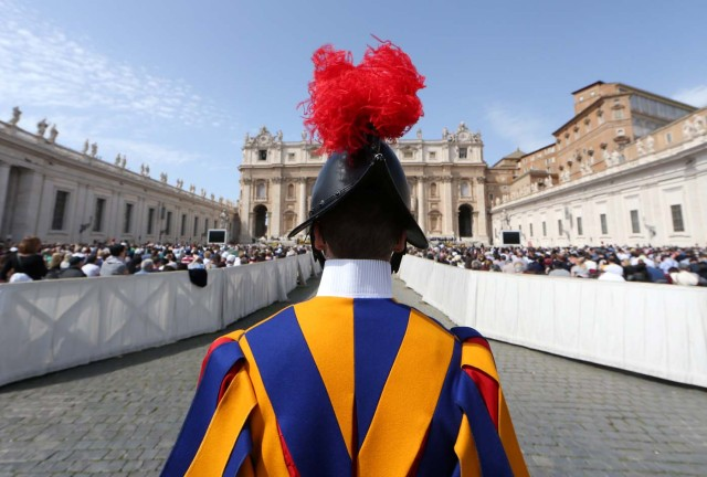 A Swiss guard stands in front of Saint Peter's Basilica during a Holy Mass to mark the feast of Divine Mercy at the Vatican April 8, 2018. REUTERS/Alessandro Bianchi