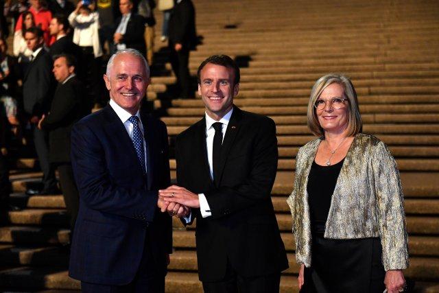 El primer ministro australiano Malcolm Turnbull, el presidente francés Emmanuel Macron y la primera ministra de NSW Gladys Berejiklian pusieron coronas en una ceremonia conmemorativa en el monumento a los caídos de Anzac en Sidney, el 2 de mayo de 2018. AAP / Peter Parks / Pool a través de REUTERS