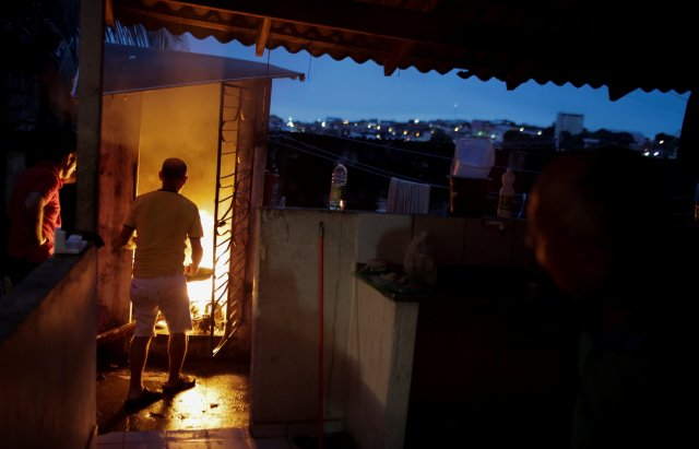 A Venezuelan refugee cooks at the Joao Batista Scalabrini shelter of the archdiocese of Manaus in the Santo Antonio neighbourhood in Manaus, Brazil May 1, 2018. Picture taken May 1, 2018. REUTERS/Bruno Kelly