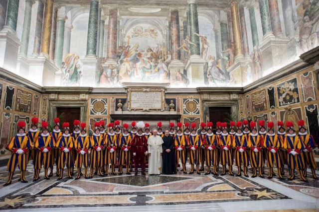 Pope Francis poses with Swiss guards the day ahead of their swearing-in ceremony at the Vatican, May 4, 2018. Osservatore Romano/Handout via REUTERS ATTENTION EDITORS - THIS IMAGE WAS PROVIDED BY A THIRD PARTY