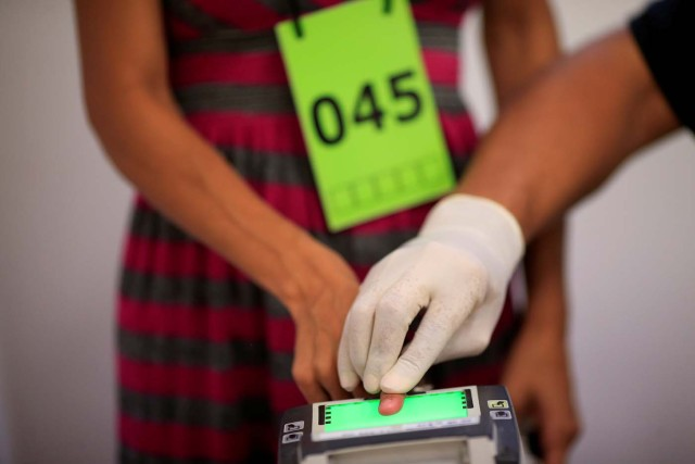 A Venezuelan migrant is fingerprinted during registration at the federal police headquarters in Boa Vista, Brazil May 3, 2018. Picture taken May 3, 2018. REUTERS/Ueslei Marcelino
