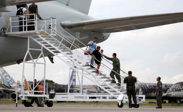 Venezuelan refugees go down the Brazilian Air Force plane ladder, as they arrive at the Eduardo Gomes International airport in Manaus, Brazil May 4, 2018. REUTERS/Bruno Kelly