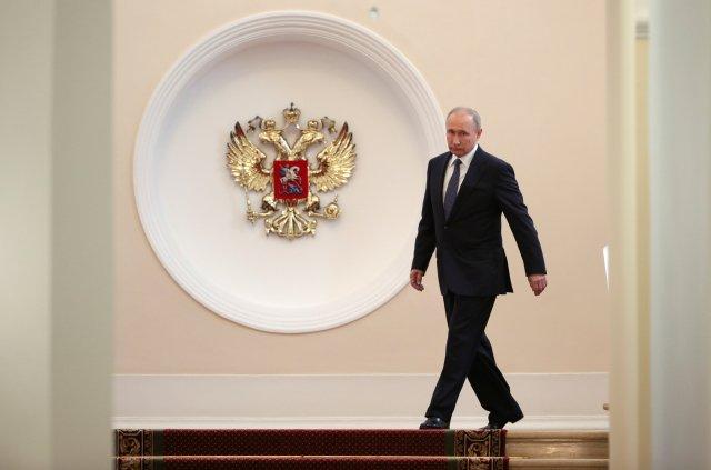 El presidente ruso, Vladimir Putin, camina antes de una ceremonia de inauguración en el Kremlin en Moscú, Rusia, el 7 de mayo de 2018. Sputnik / Sergei Bobylyov / Pool a través de EDITORES DE ATENCIÓN DE REUTERS - ESTA IMAGEN FUE PROPORCIONADA POR UN TERCERO.