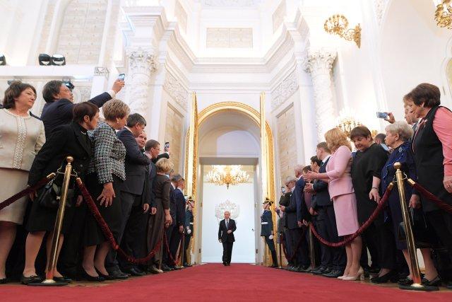Los invitados asisten a una ceremonia de inauguración de Vladimir Putin como Presidente de Rusia en el Kremlin en Moscú, Rusia, el 7 de mayo de 2018. Sputnik / Evgeny Biyatov / Pool a través de EDITORES DE ATENCIÓN DE REUTERS - ESTA IMAGEN FUE PROPORCIONADA POR UN TERCERO.