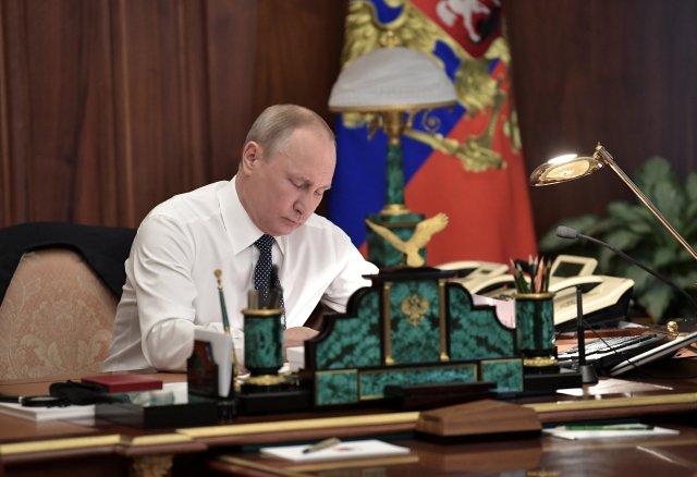 El presidente ruso, Vladimir Putin, trabaja en su gabinete antes de una ceremonia de inauguración en el Kremlin en Moscú, Rusia, el 7 de mayo de 2018. Sputnik / Aleksey Nikolskyi / Kremlin a través de EDITORES DE ATENCIÓN DE REUTERS - ESTA IMAGEN FUE PROPORCIONADA POR UN TERCERO.