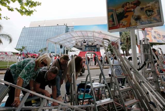 71º Festival de Cine de Cannes - Cannes, Francia, 7 de mayo de 2018. Los aficionados al cine instalan sus escaleras para proteger sus lugares en el área de llegadas frente al Palacio de Festivales la víspera de la ceremonia de apertura. REUTERS / Jean-Paul Pelissie