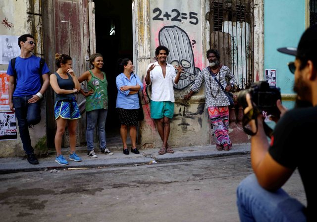 """Luis Manuel Otero Alcántara (2 ° D), organizador del """"00Biennial"""", habla durante su inauguración en La Habana, Cuba, el 5 de mayo de 2018. REUTERS / Alexandre Meneghini"""