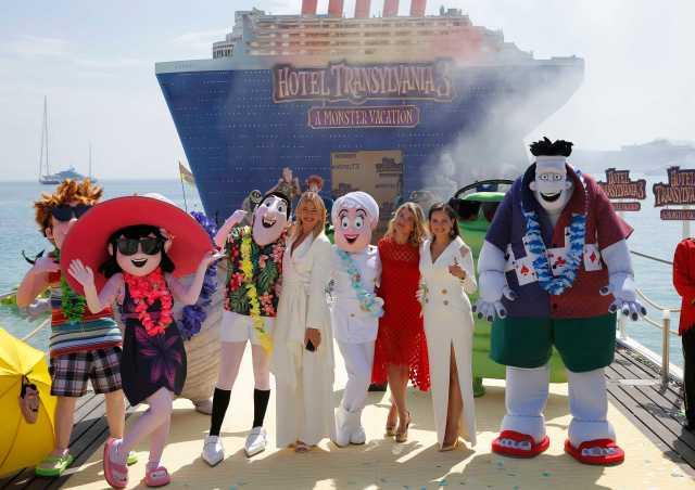 """71 ° Festival de Cine de Cannes - Photocall para la película de animación """"Hotel Transylvania 3: Summer Vacation"""" (Hotel Transylvania 3: A Monster Vacation) fuera de competición - Cannes, Francia, 7 de mayo de 2018. Miembros del elenco de voces Anke Engelke, Janina Uhse, y Lesia Nikitiuk posan en un muelle. REUTERS / Stephane Mahe"""