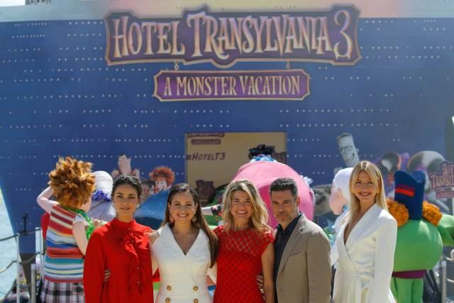 """71 ° Festival de Cine de Cannes - Foto de la película de animación """"Hotel Transylvania 3: Vacaciones de verano"""" (Hotel Transylvania 3: A Monster Vacation) fuera de concurso - Cannes, Francia, 7 de mayo de 2018. Miembros del elenco de voces Anke Engelke, Rick Kavanian, Janina Uhse, Raya Abirached y Lesia Nikitiuk posan en un muelle. REUTERS / Stephane Mahe"""
