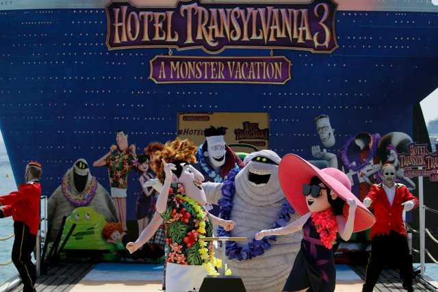"""71 ° Festival de Cine de Cannes - Photocall para la película de animación """"Hotel Transylvania 3: Summer Vacation"""" (Hotel Transylvania 3: A Monster Vacation) fuera de competición - Cannes, Francia, 7 de mayo de 2018. Los personajes de la película posan durante un photocall en un muelle. REUTERS / Stephane Mahe"""