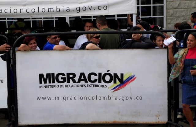 Venezolanos en una fila para ingresar en una oficina de inmigraciones en Paraguachón, Colombia, feb 16, 2018. REUTERS/Jaime Saldarriaga