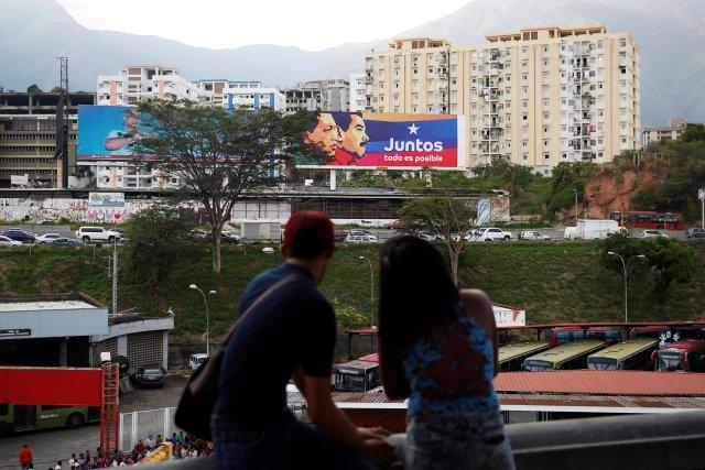 Una cartelera de campaña del presidente venezolano, Nicolás Maduro, con una imagen del difunto presidente Hugo Chávez para las elecciones presidenciales de 2018 se ve en Caracas, Venezuela, el 11 de mayo de 2018. Fotografía tomada el 11 de mayo de 2018. REUTERS / Carlos Jasso