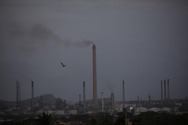 Imagen de archivo muestra una vista de la refinería Isla en Willemstad, en la isla de Curazao, el 22 de abril de 2018. REUTERS/Andres Martinez Casares