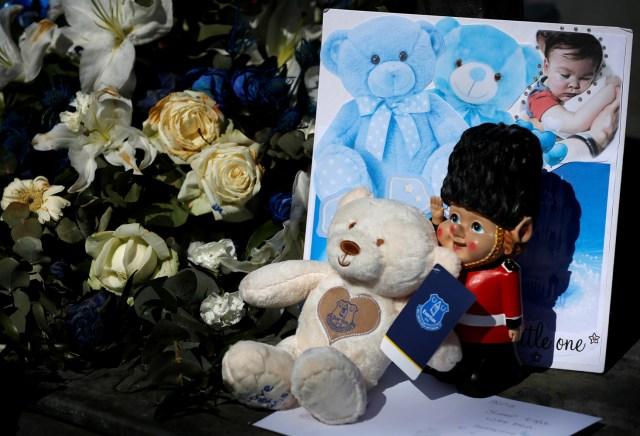 Se pueden ver homenajes antes del cortejo fúnebre del niño Alfie Evans pasa por Goodison Park, el estadio del club de fútbol Everton, en Liverpool, Reino Unido, el 14 de mayo de 2018. REUTERS / Phil Noble