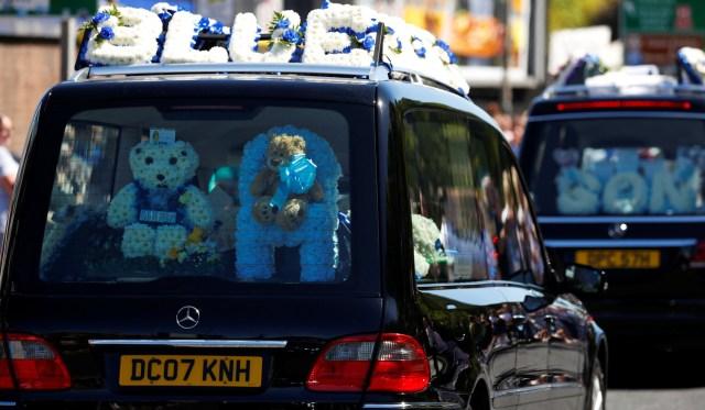El cortejo fúnebre del niño Alfie Evans pasa cerca de Goodison Park, el estadio del club de fútbol Everton, en Liverpool, Reino Unido, el 14 de mayo de 2018. REUTERS / Phil Noble