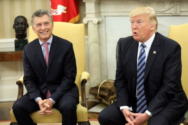 Imagen de archivo. El presidente de Estados Unidos, Donald Trump (derecha), y el presidente argentino Mauricio Macri, durante una reunión en la Casa Blanca en Washington. 27 de abril de 2017. REUTERS/Carlos Barría