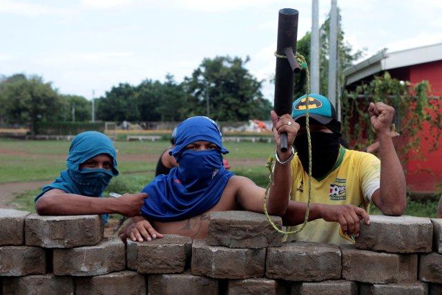 Los manifestantes posan una foto contra una barricada durante una protesta contra el gobierno del presidente nicaragüense Daniel Ortega en Masaya, Nicaragua el 15 de mayo de 2018. REUTERS / Oswaldo Rivas