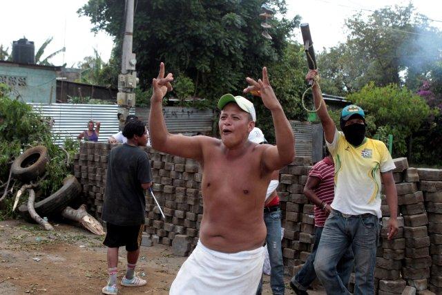Un hombre grita consignas durante una protesta contra el gobierno del presidente de Nicaragua, Daniel Ortega, en Masaya, Nicaragua, el 15 de mayo de 2018. REUTERS / Oswaldo Rivas