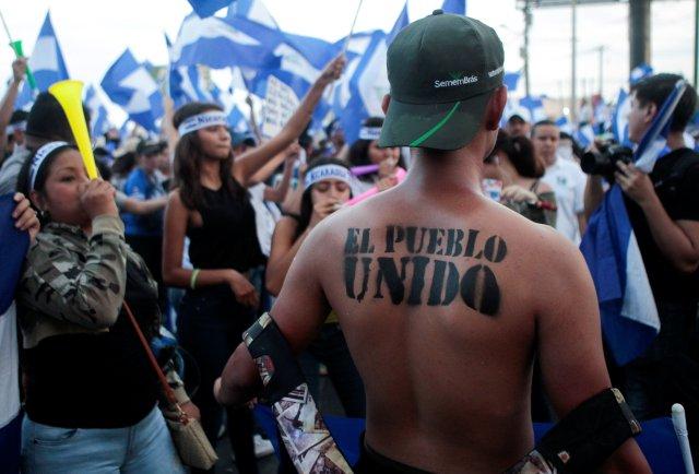 """Un manifestante con la frase """"El pueblo unido"""" escrito en su cuerpo toma parte en una protesta contra el gobierno del presidente de Nicaragua, Daniel Ortega, en Managua, Nicaragua, el 15 de mayo de 2018. REUTERS / Oswaldo Rivas"""