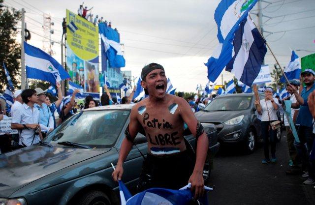 """Un manifestante con la frase """"Patria Libre o Morir"""" escrita en su cuerpo toma parte en una protesta contra el gobierno del presidente nicaragüense Daniel Ortega en Managua, Nicaragua el 15 de mayo de 2018. REUTERS / Oswaldo Rivas TPX IMÁGENES DEL DÍA"""