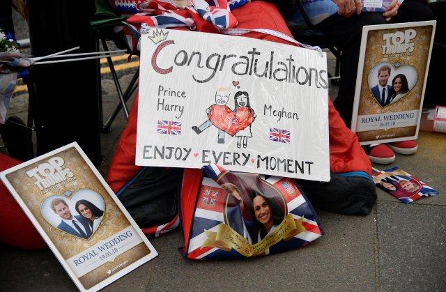 Los mensajes de buena voluntad se ven junto a los admiradores reales fuera del Castillo de Windsor, el lugar de la próxima boda del príncipe Harry y su prometida Meghan Markle, en Windsor, Gran Bretaña, el 16 de mayo de 2018. REUTERS / Toby Melville