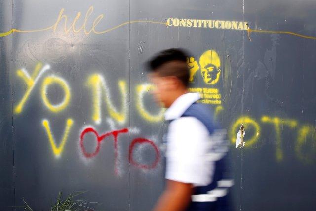 """Un hombre camina más allá de un graffiti pintado en una valla en Caracas, Venezuela, el 11 de mayo de 2018. Graffiti dice: """"No voy a votar"""". Imágenes tomadas el 11 de mayo de 2018. REUTERS / Carlos Jasso"""