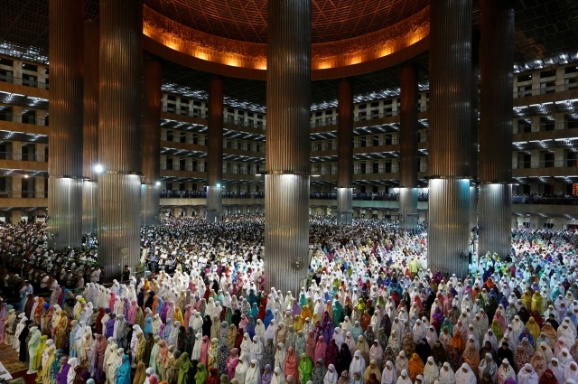 Indonesian Muslims pray at the first day of the holy fasting month of Ramadan at Istiqlal mosque in Jakarta, Indonesia, May 16, 2018. REUTERS/Willy Kurniawan