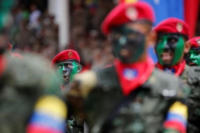 Foto de archivo con soldados con las caras pintadas durante un desfile militar para celebrar el 205 aniversario de la independencia de Venezuela en 2016, Caracas, 5 de julio, 2016. REUTERS/Carlos Jasso