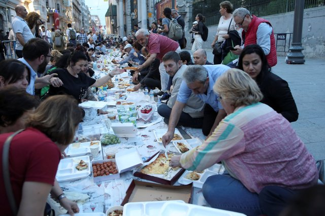 People break their fast at the main shopping and pedestrian street of Istiklal on the first day of the holy fasting month of Ramadan in central Istanbul, Turkey, May 16, 2018. REUTERS/Huseyin Aldemir