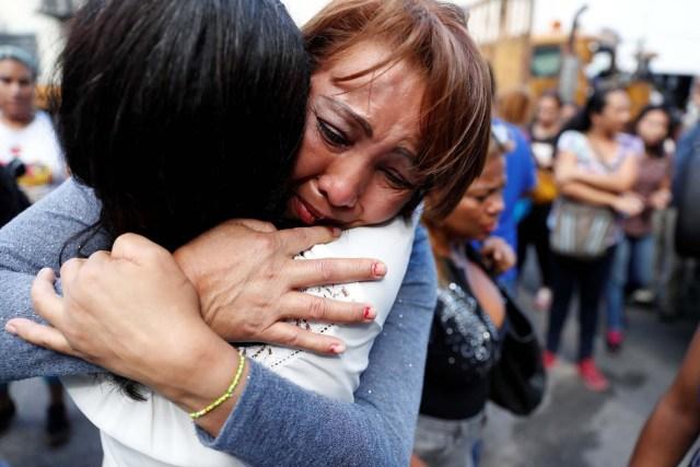 Familiares de reclusos reaccionan frente a un centro de detención del Servicio Bolivariano de Inteligencia Nacional (SEBIN), donde ocurrieron disturbios, según familiares, en Caracas, Venezuela el 16 de mayo de 2018. REUTERS / Carlos Garcia Rawlins