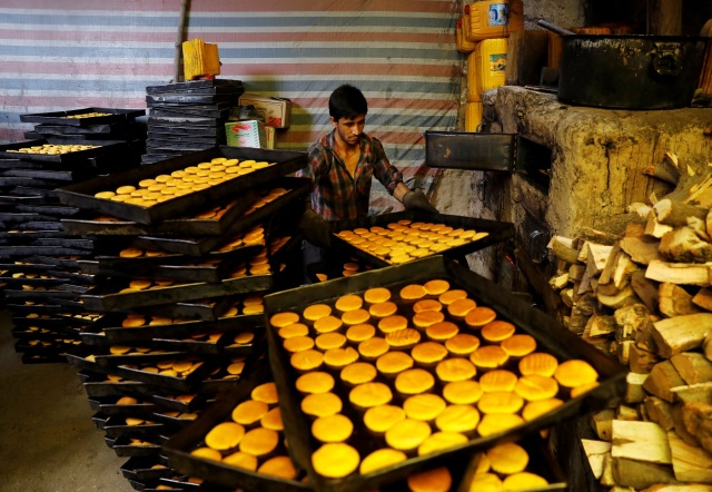 A man prepares cookies at a small traditional factory on the first day of the holy month of Ramadan in Kabul, Afghanistan May 17, 2018.REUTERS/Mohammad Ismail